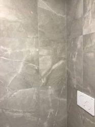 rivestimento-effetto-pietra-cemento-in-bagno-moderno-5